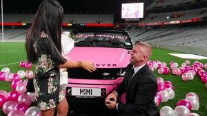 Romantis, Pria Ini Lamar Kekasihnya Pakai Mobil Pink