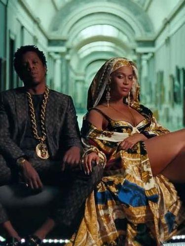 Beyonce memakai anting Rinaldy A. Yunardi untuk video klipnya.