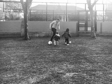 Karena kedua anaknya laki-laki, Iker seringkali mengajak anaknya bermain bola. Siapa tahu bakatnya nurun ya, Bun. He-he-he. (Foto: Instagram @saracarbonero)