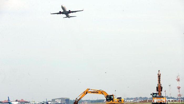 PT Angkasa Pura II (AP II) saat ini tengah membangun landasan pacu alias runway ketiga di Bandara Soekarno Hatta. Yuk, intip progresnya.