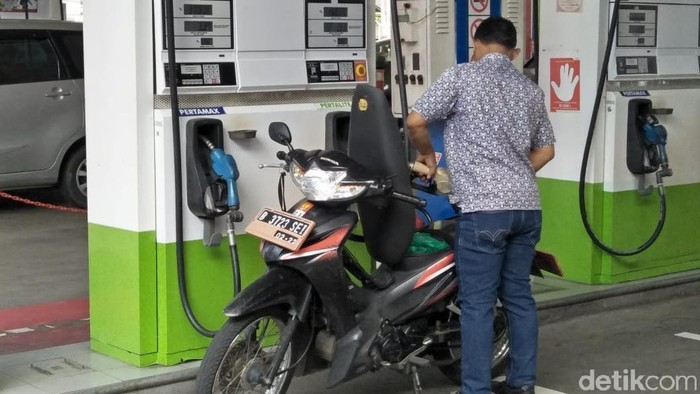 Pengendara mengisi sendiri BBM di SPBU Self Service Pertamina, Jakarta