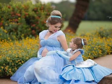 Gimana jadinya kalau Princess-nya ada dua? Yang satu sedang hamil yang satu putri versi mini, hi-hi-hi. (Foto: Instagram/penelopeandeline)