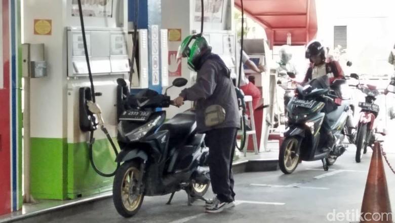 Pengendara motor mengisi bensin di SPBU Self Service MT Haryono, Jakarta Foto: Ruly Kurniawan