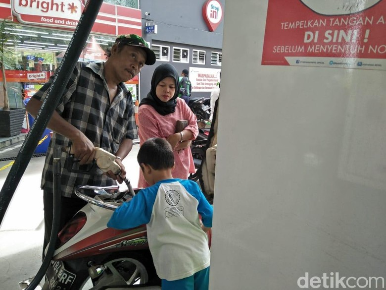 Pengendara mengisi sendiri BBM di SPBU Self Service Pertamina, Jakarta. Foto: Ruly Kurniawan