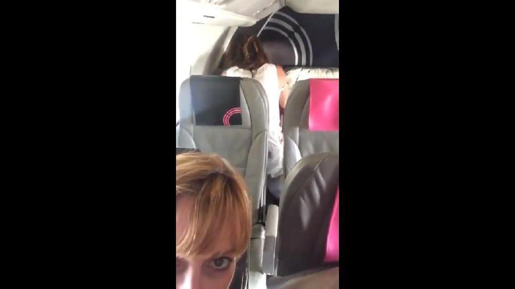 Parah, Sepasang Penumpang Terekam Sedang Mesum di Pesawat