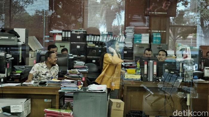 PNS DKI Jakarta mulai masuk kerja hari pertama setelah libur lebaran. Salah satunya PNS di Kantor Walikota Jakut yang mulai sibuk melayani warga.