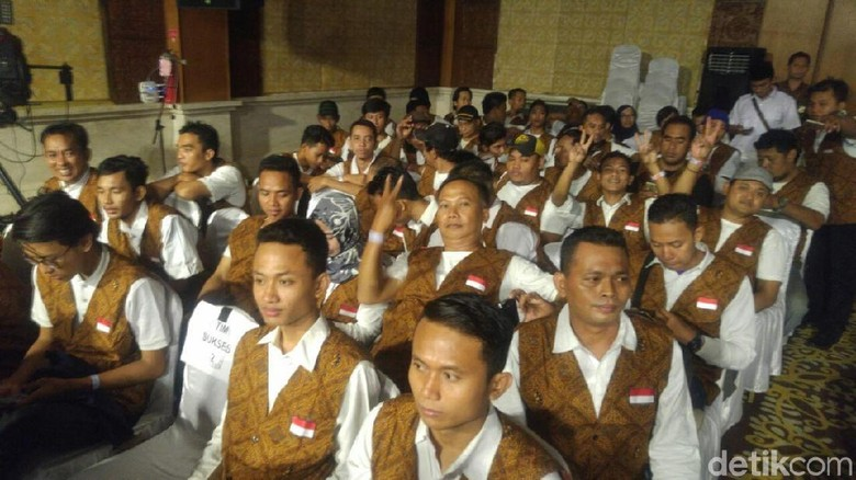 Tim Suporter Sudirman-Ida Kompak Pakai Rompi Batik