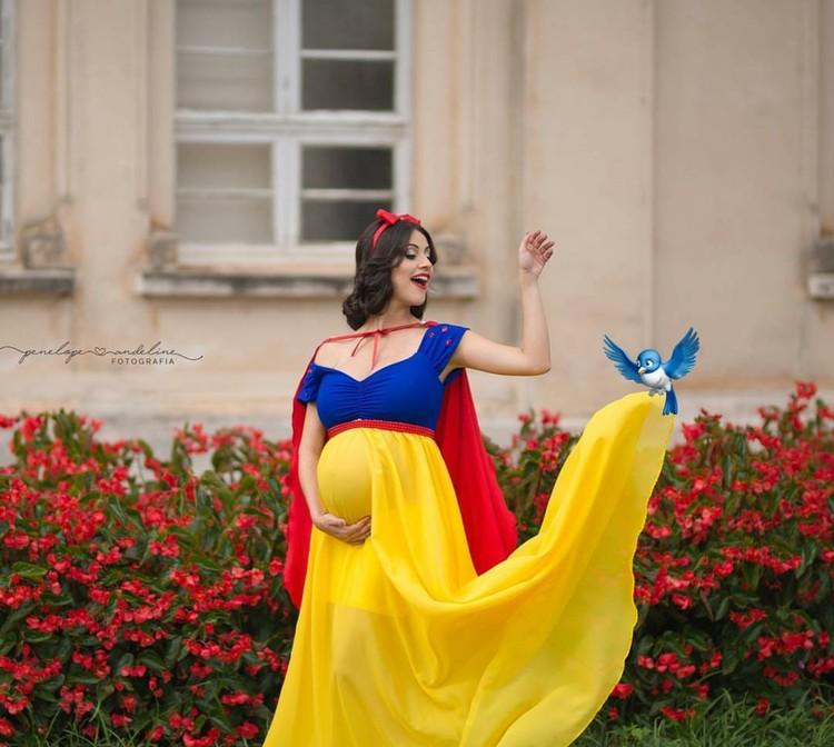 Maternity Photo atau foto kehamilan dengan tema para putri Disney? Hmm patut dicoba lho, Bun. (Foto: Instagram/penelopeandeline)