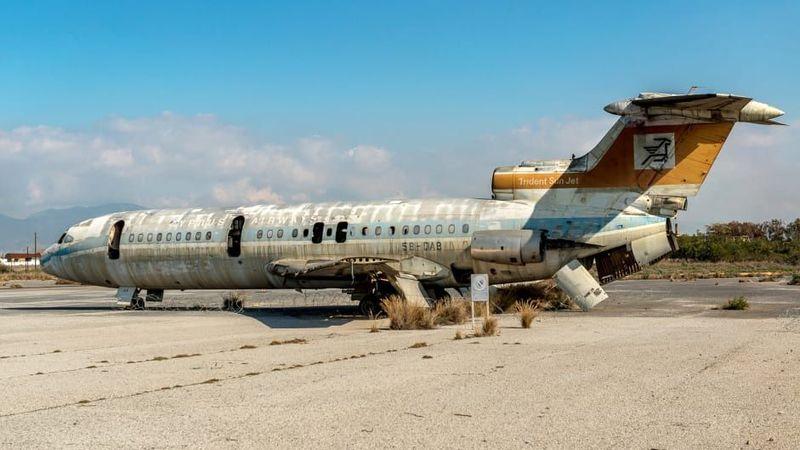 Namanya Bandara Internasional Nicosia. Sebuah pesawat besar duduk diam dan masih diparkir di tepi jalurnya. Mesinnya telah dipreteli, sayapnya rusak dan badannya telah lapuk oleh waktu (Dimitris Sideridis/CNN Travel)