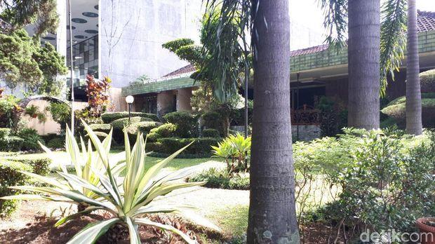 Taman terawat di rumah nenek Raffi Ahmad.
