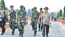 Panglima-Kapolri Besuk Korban KM Sinar Bangun di RS Rondahaim