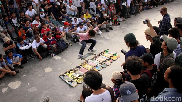 Anak muda bermain papan seluncur di taman skateboard di RPTRA Kalijodo, Jakarta Utara. Selain skateboard, terdapat 4 cabor baru di Olipimpiade Tokyo yakni karate, panjat tebing, selancar, dan baseball. (Rifkianto Nugroho/Detikcom)