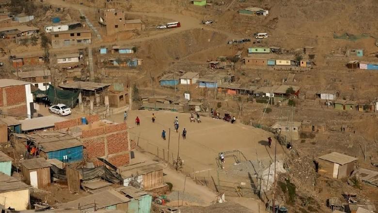 Lapangan bola di Nueva Union, Peru (Reuters/Mariana Bazo)
