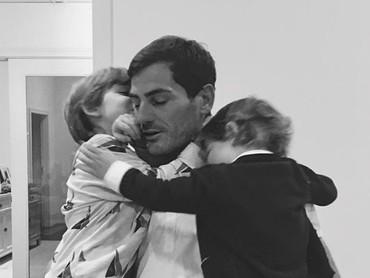 Di rumah, Iker Casillas adalah sosok ayah yang penyayang banget dan adil pada kedua anaknya. Misalnya aja Ayah Iker menggendong Martin dan Lucas bersamaan. So sweet ya, Bun. (Foto: Instagram @saracarbonero)