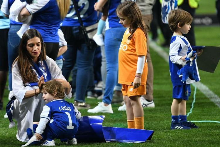Ini keluarga kecil kiper timnas Spanyol, Iker Casillas. Istrinya, Sara Carbonero tengah merapikan rambut anak keduanya, Lucas. Sedangkan anak pertamanya Martin, tengah asyik menonton ayahnya sambil membawa boneka. (Foto: getty images)