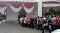 Hari Pertama Kerja, PNS Mengular Antre Salaman dengan Anies-Sandi