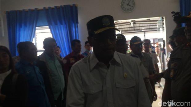 Menteri Perhubungan Budi Karya Sumadi menyusul Hadi dan Tito masuk ke ruang perawatan