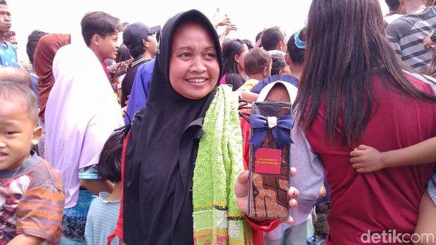 Warga tampak senang menerima kain batik dari Jokowi