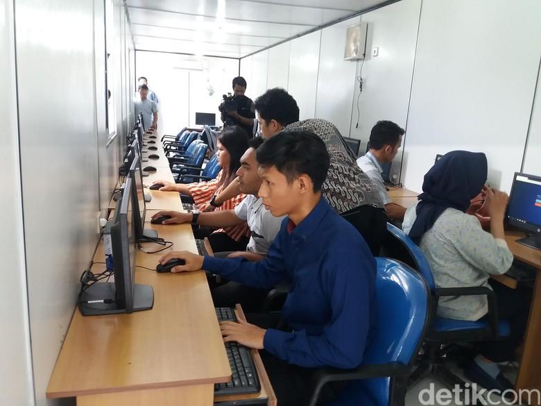 Satpas SIM Daan Mogot, Jakarta  lakukan simulasi tes psikologi untuk pembuatan dan perpanjangan Surat Izin Mengemudi (SIM). Simulasi itu dilakukan untuk memastikan kesiapan tes psikologi sebelum diterapkan.