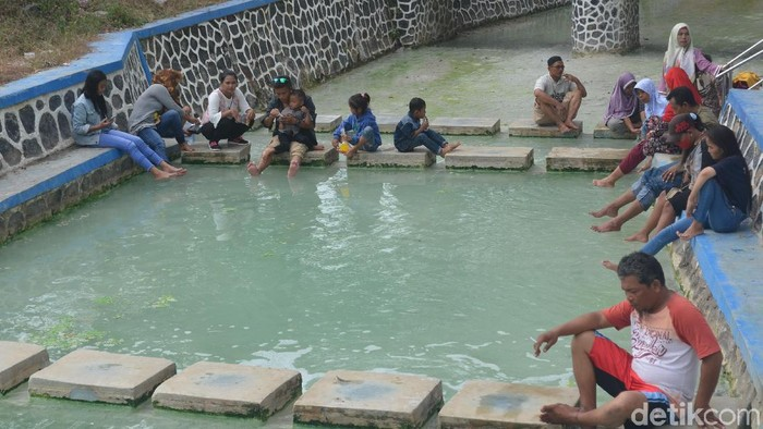Libur Lebaran Wisatawan Pemandian Air Panas Cirebon Membeludak