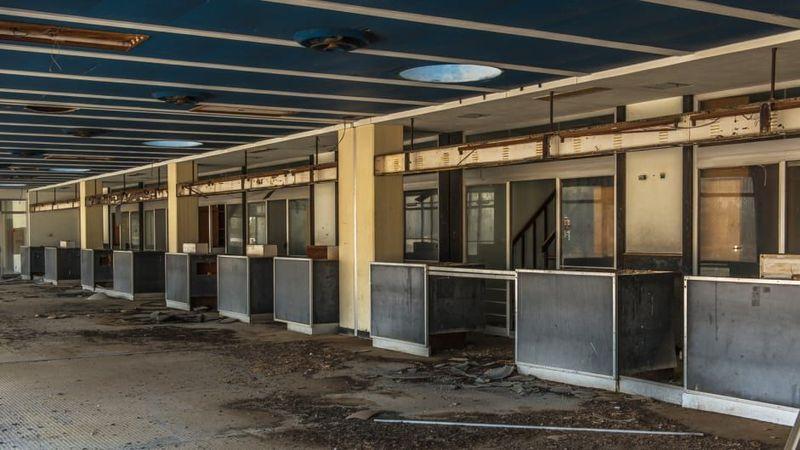Merupakan salah satu bandara di negara Siprus dan telah ditinggalkan atau berhenti pengoperasiannya selama 44 tahun. Bagian check in terminal Bandara Internasional Nicosia (Dimitris Sideridis/CNN Travel)
