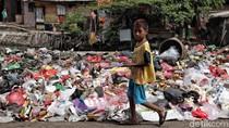 Jorok! Sampah Berserakan di Pinggir Jalan Cilincing