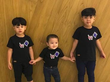 Pakai baju samaan gini, Shelby, Diba dan Benjamin kayak anak kembar ya. He-he-he. (Foto: Instagram/ @ratnagalih)