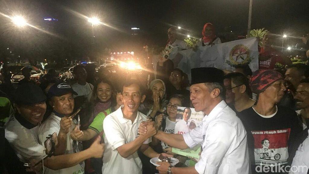 Ada Jokowi KW Rayakan Ultah Bareng Relawan di Depan Istana