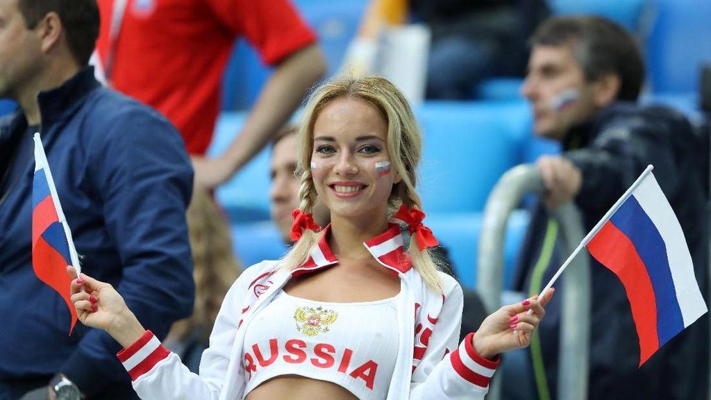 Cantik-cantik Gila Bola, Ini Gaya Para Suporter Wanita di Piala Dunia