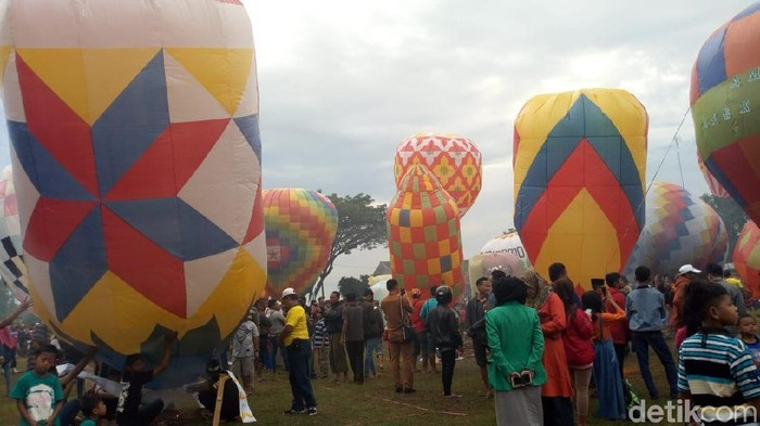 Warga Ponorogo bersuka cita terbangkan balon udara/Foto: Charolin Pebrianti