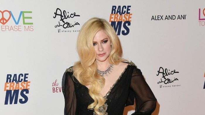 BEVERLY HILLS, CA - APRIL 20:  Avril Lavigne, wearing peace & love jewelry by Nancy Davis, attends the 25th Annual Race To Erase MS Gala at The Beverly Hilton Hotel on April 20, 2018 in Beverly Hills, California.