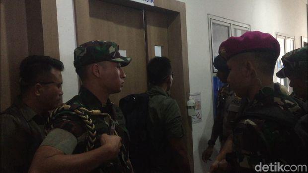 Panglima TNI dan Kapolri di Rumah Sakit Rondahaim
