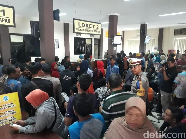 Hari Pertama Kerja, Samsat Bojonegoro Dijubeli Ribuan Warga