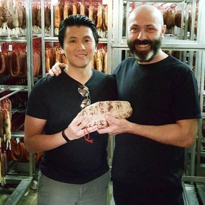 Di Spanyol, Reino menikmati makan siang spesial di resto Michelin Els Casals. Ini posenya saat memegang daging bersama chef Oriol Rovira. Foto: Instagram reinobarack