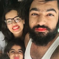 Satu Keluarga Ini Mengenakan Lipstik, Kenapa Ya?