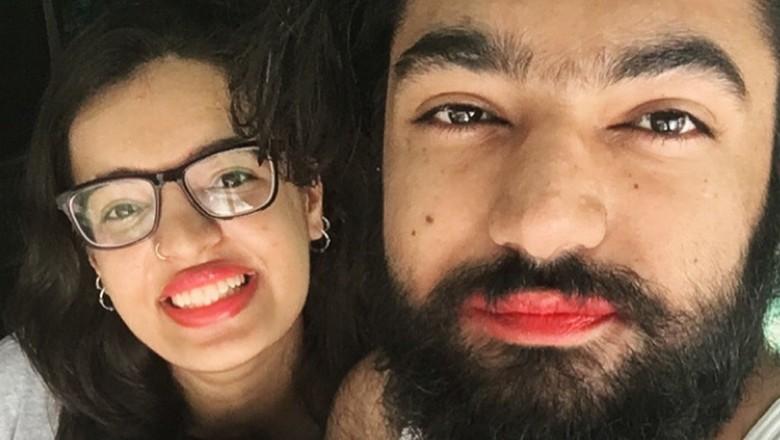 Satu Keluarga Ini Mengenakan Lipstik, Kenapa Ya? /Foto: Twitter