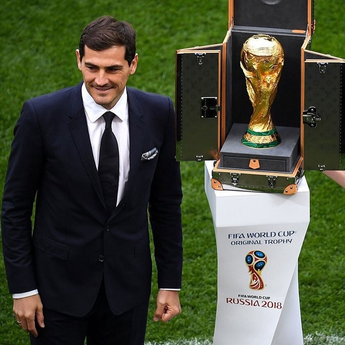 Iker Casillas memang tidak memperkuat tim Spanyol untuk Piala Dunia tahun ini, akan tetapi ia ditunjuk untuk membawa trofi Piala Dunia 2018 bersama dengan Natalia Vodianova, sang supermodel cantik. (Foto: Instagram/ikercasillas)