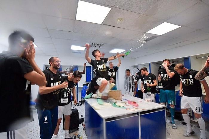 Pemain klub Juventus ini sedang merayakan kemenangan bersama rekan satu timnya. Membuka champagne pun jadi selebrasi yang pas. Foto: Instagram paulodybala