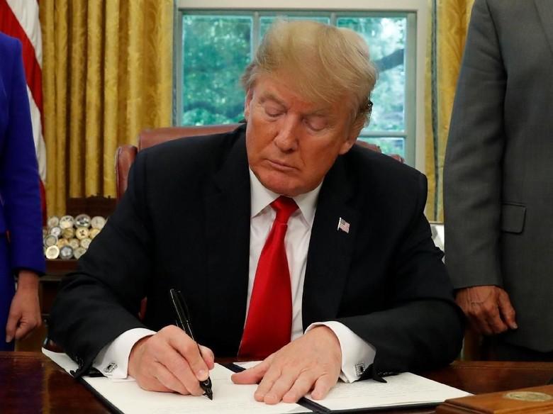 Teken Perintah Eksekutif, Trump Balik Arah soal Imigran Ilegal
