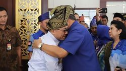 Pelukan SBY-Zulkifli Usai Tarung untuk Jagoannya di Pilgub Riau