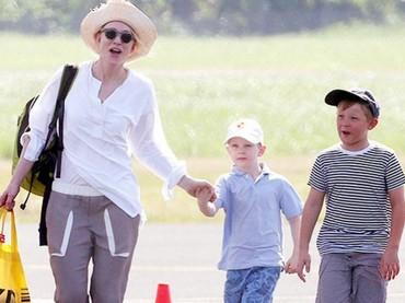 Saat Iggy jalan-jalan bersama ibu dan kakaknya, Roman Upton. (Foto: Instagram @catebfan)