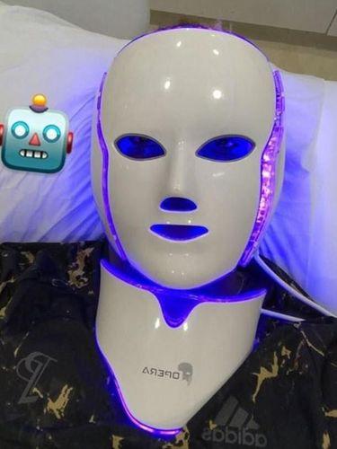 Perawatan wajah masker Opera LED andalan Paul Pobga.