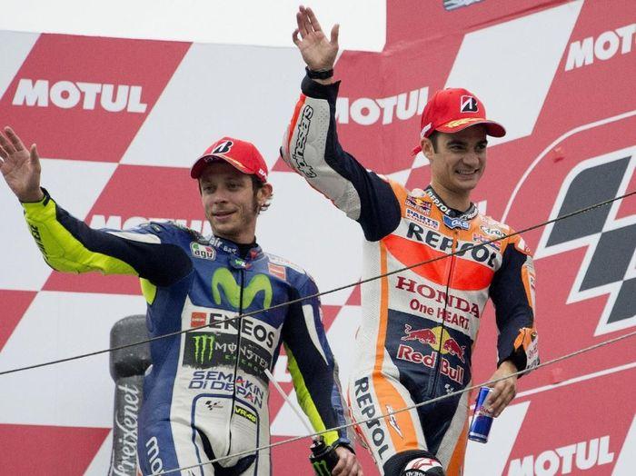 Valentino Rossi dan Dani Pedrosa saat di atas podium. (Foto: Mirco Lazzari gp/Getty Images)