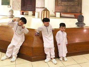 Rukun dan kompak selalu tiga jagoan kecil Bunda Ratna dan Ayah Sawkani. (Foto: Instagram/ @ratnagalih)
