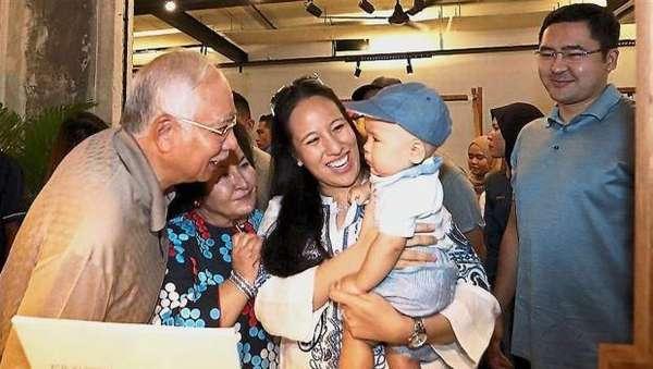 Putri Najib Razak Protes Pembekuan Rekening Bank Milik Bayinya