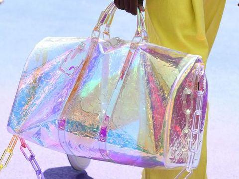 Tas Kepall Louis Vuitton yang hadir dengan material transparan.