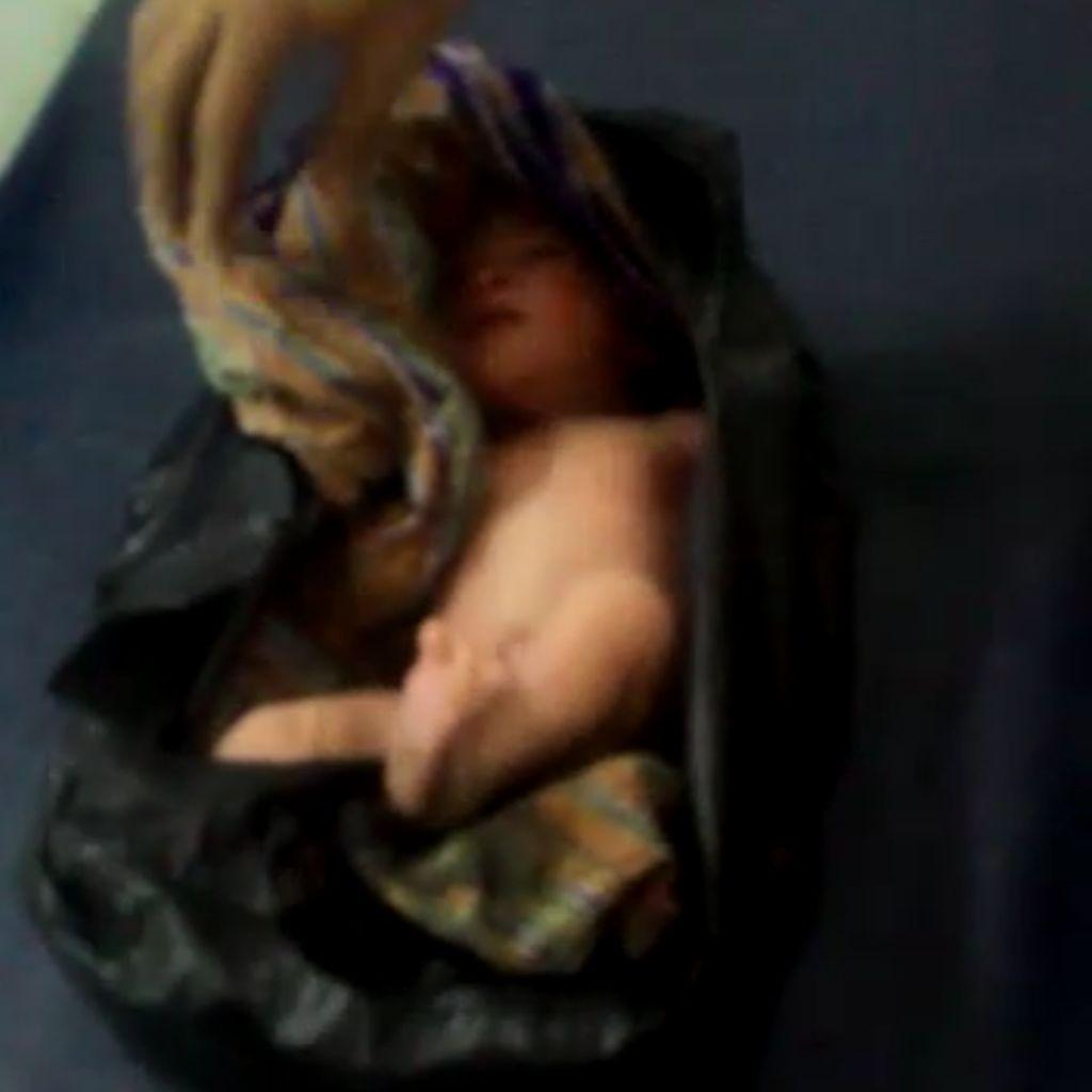 Bayi Ganteng Dalam Keresek Ditemukan di Pasar Minggu