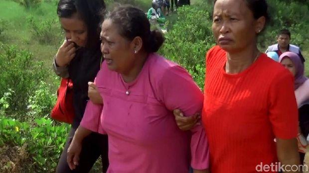 Ibu korban saat dievakuasi polisi.