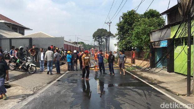Jalan Swadarma ditutup saat terjadi kebakaran