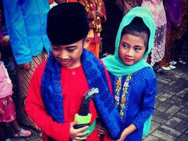 Pakaian adat, salah satunya Betawi biasa dipakai saat anak-anak Kartinian. Atau, saat perayaan HUT DKI Jakarta yang jatuh di tanggal 22 Juni biasanya digelar ajang abang none cilik nih, Bun. (Foto: Instagram/ @farhan_hadian)